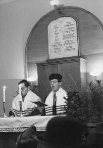 März/March 1946: Einweihungsgottesdienst des Betsaals im Jüdischen Waisenhaus | Opening service of the prayer room in the Jewish Orphanage