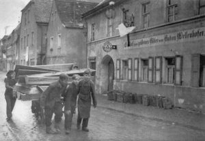 Neunburg vorm Wald: Jugendliche mit Särgen vor dem Gasthof zum goldenen Adler | Youngsters with coffins in front of the Gasthof zum goldenen Adler