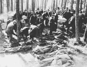 Bewohner aus Neunburg vorm Wald legen die Leichen in Särge | German civilians from Neunburg vorm Wald lay the corpses in coffins