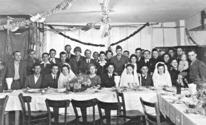 JOktober/October 1945: Eine jüdische Dreifachhochzeit in der DP Gemeinde of Regen | A Jewish triple wedding in the DP Community of Regen